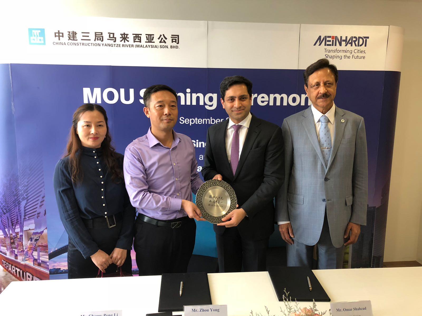 6b44b5eb9c [L-R] China Construction Yangtze River (Malaysia): Ms Cherry Peng Li,  Director, Mr Zhou Yong, Managing Director, Meinhardt Group: Mr Omar  Shahzad, ...